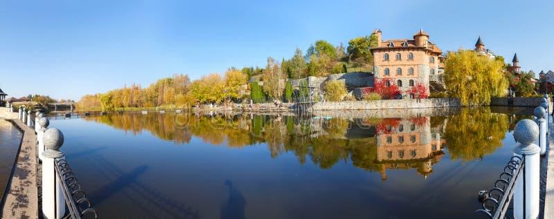Uma vista do lago na vila de Buki Ukraine fotografia de stock