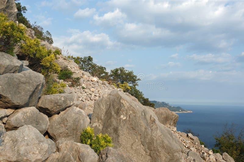 Uma vista do mar das rochas imagens de stock