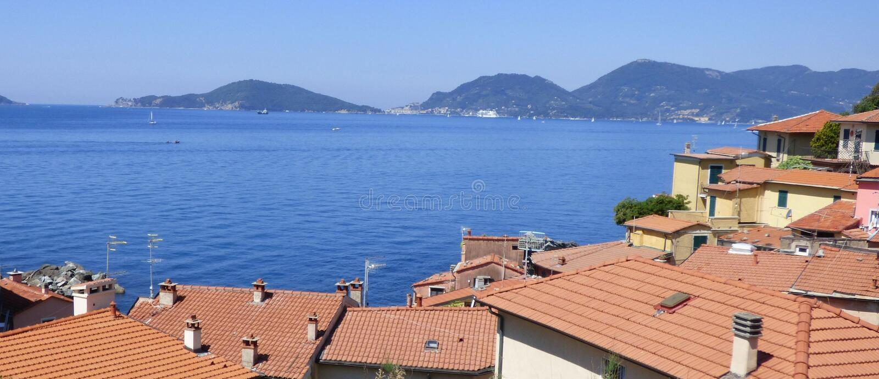 Uma vista do mar Mediterrâneo no golfo do La Spezia Itália foto de stock royalty free