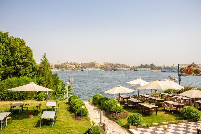 Uma vista do Nilo do rio de um restaurante no Cisjordânia em Luxor, Egito imagens de stock