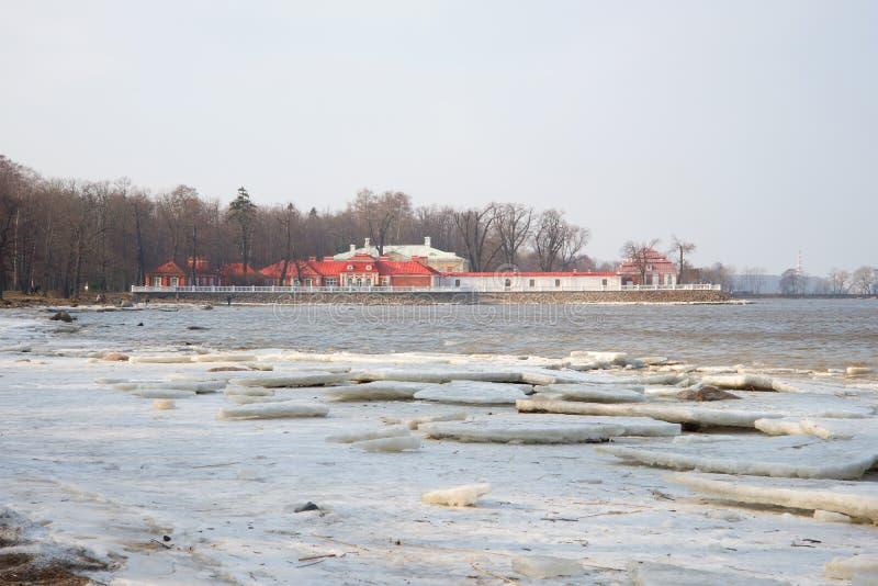 Uma vista do palácio de Monplaisir no Golfo da Finlândia, tarde do março Peterhof imagens de stock royalty free