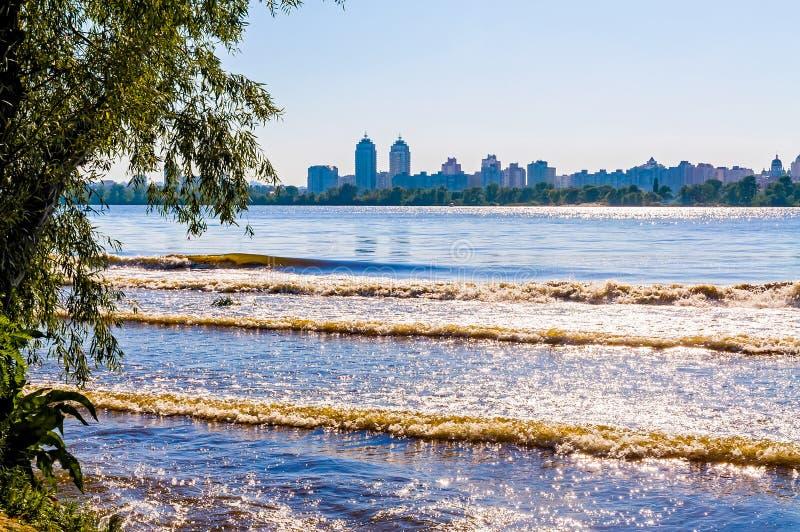 Download Uma Vista Do Rio De Dnieper Em Kiev Foto de Stock - Imagem de specular, sunshine: 29843068