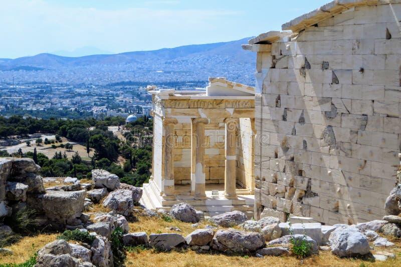 Uma vista do templo de Athena Nike, que é um templo na acrópole de Atenas, dedicado à deusa Athena Nike O cit fotografia de stock royalty free