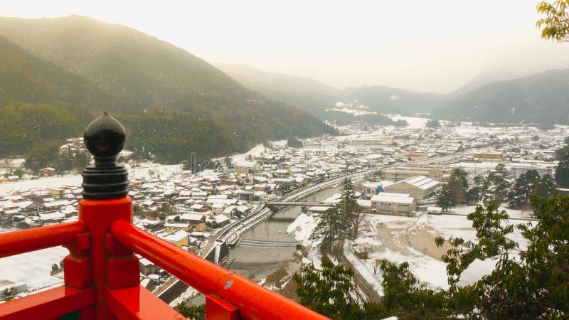 Uma vista do tsuwano de um santuário xintoísmo no meio de umas nevadas fortes imprime o visitante foto de stock royalty free