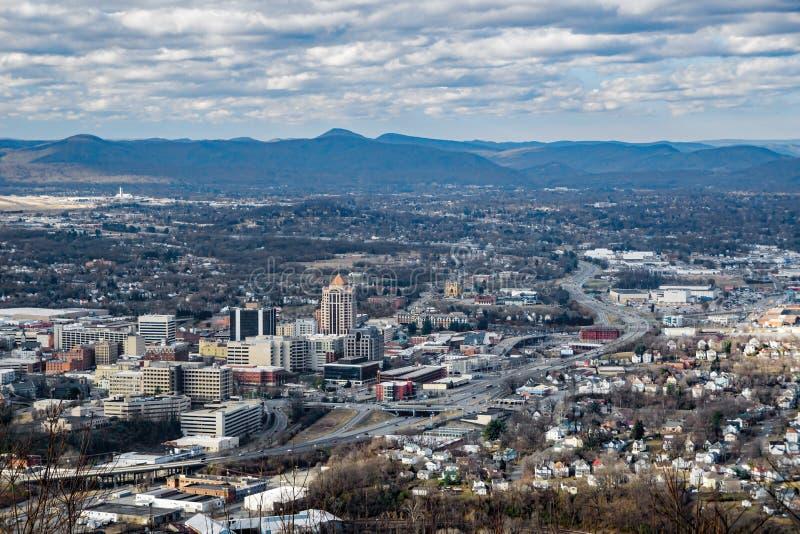Uma vista do vale de Roanoke com as montanhas apalaches no fundo fotografia de stock royalty free