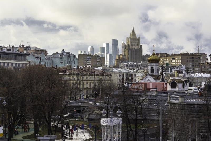 Uma vista dos arranha-céus do lado da ponte patriarcal fotografia de stock royalty free