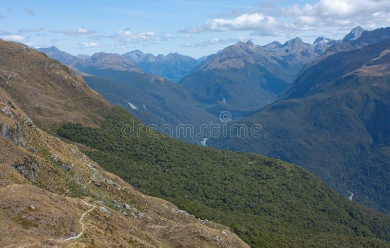 Uma vista em montes e em montanhas do monte cônico em Harris Saddle na grande caminhada de Routeburn, Nova Zelândia foto de stock royalty free