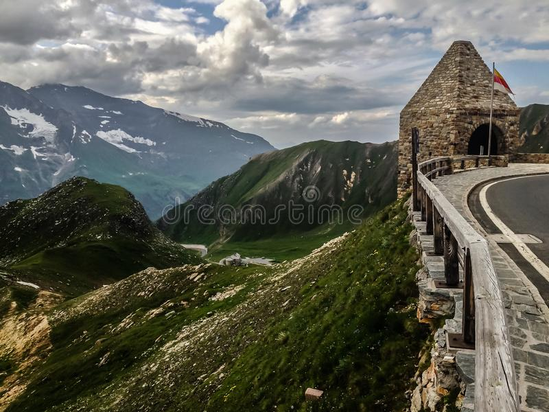 Uma vista espetacular das montanhas da estrada surgida a mais alta da montanha em Áustria - a estrada alpina alta de Grossglockne imagem de stock royalty free