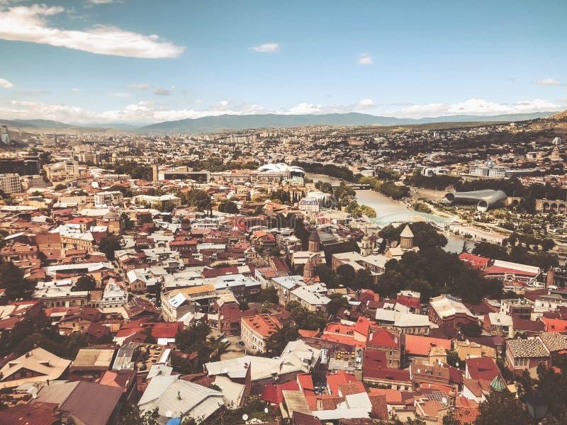 Uma vista excitante da cidade da parte superior do monte de Sololaki em Tbilisi imagens de stock royalty free