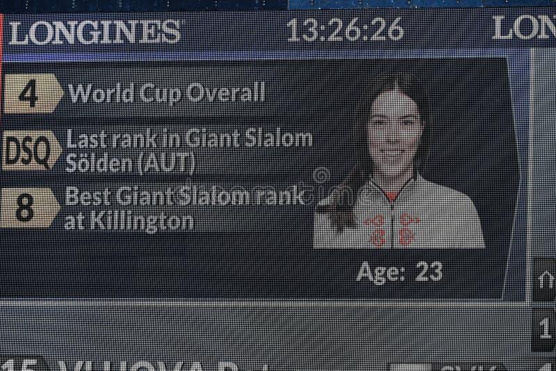 Uma vista geral de telas da tevê durante o slalom gigante de Audi FIS o Ski World Cup Women alpino imagens de stock