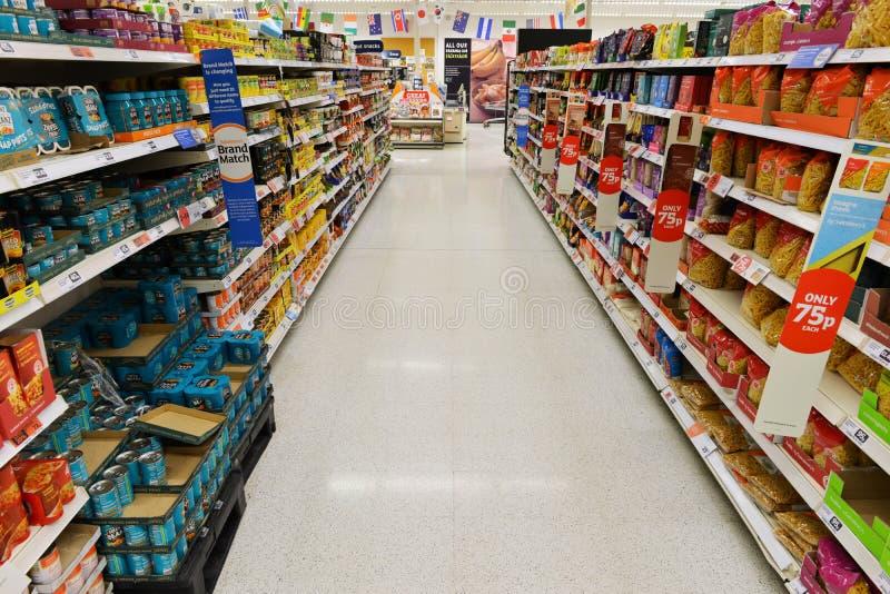 Uma vista geral de um corredor vazio do supermercado imagem de stock
