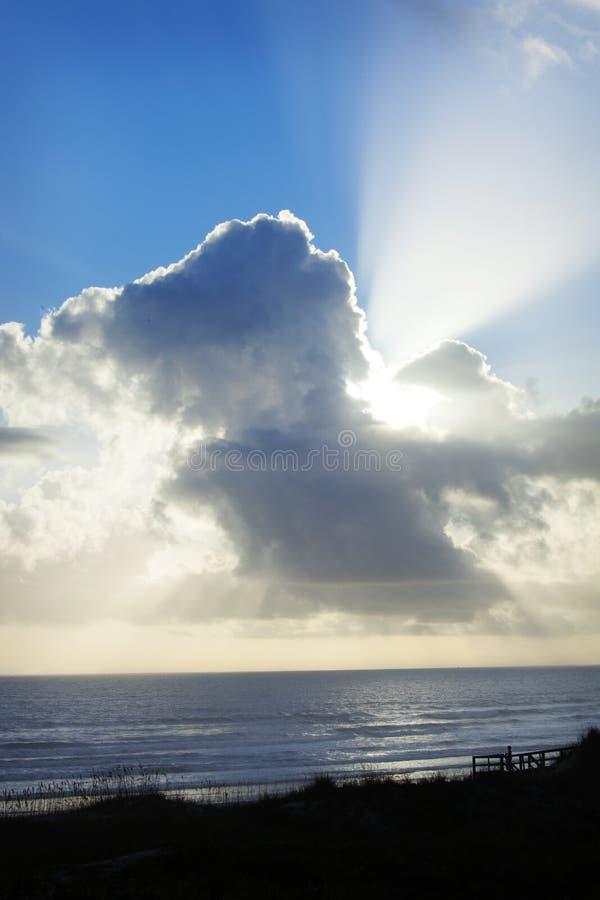 Download Uma Vista Impressionante Do Sol Irradia Através Das Nuvens No Oceano Imagem de Stock - Imagem de paisagem, céu: 65576299
