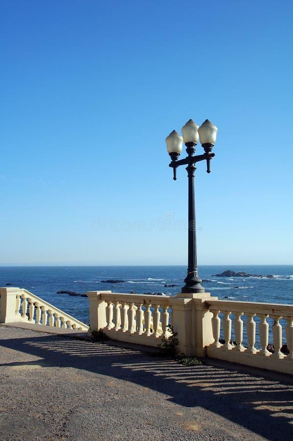 Uma vista na praia com um lig foto de stock royalty free