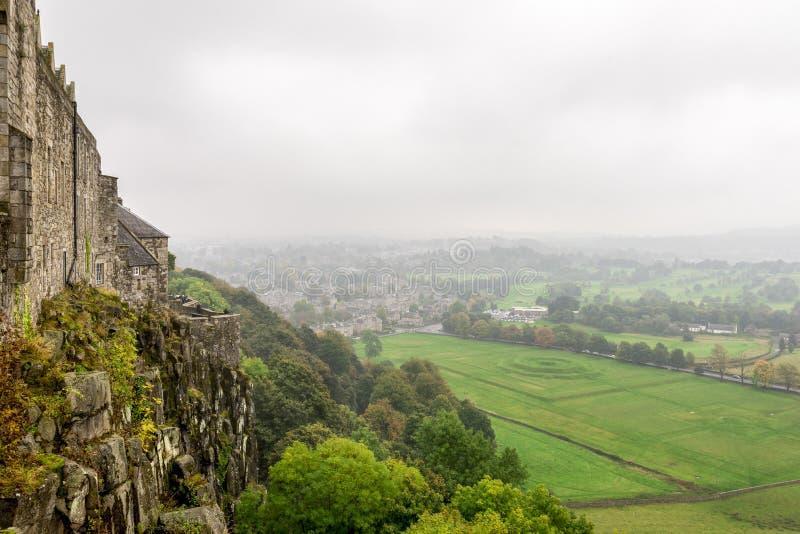 Uma vista nevoenta ao campo e aos subúrbios das paredes de Stirling Castle, Escócia fotografia de stock