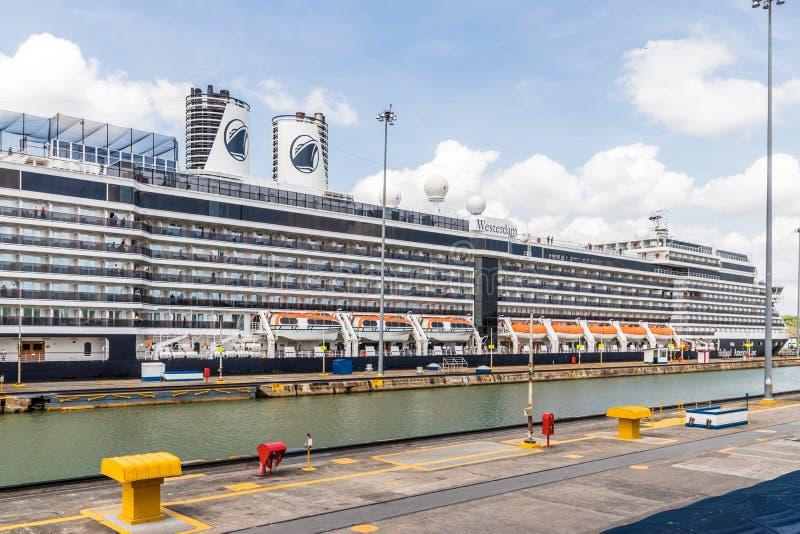 Uma vista no canal do Panamá fotografia de stock
