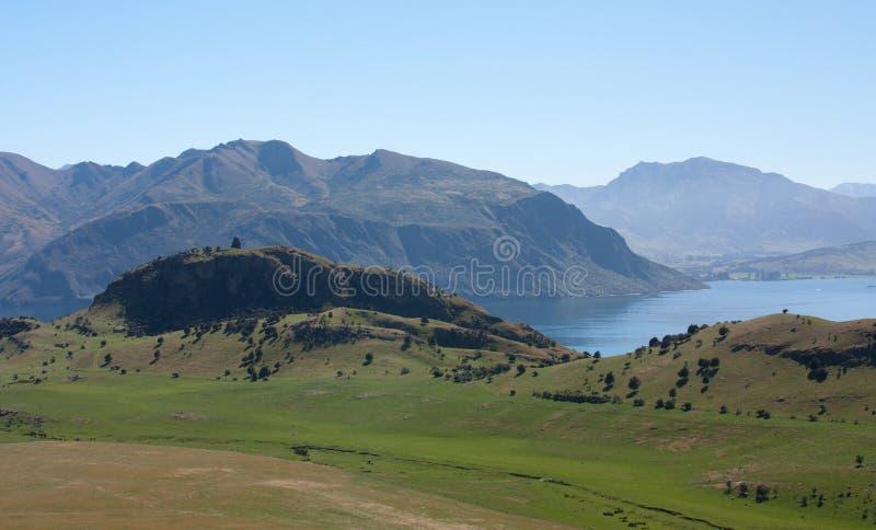 Uma vista nos montes no lago Wanaka em Nova Zelândia fotos de stock