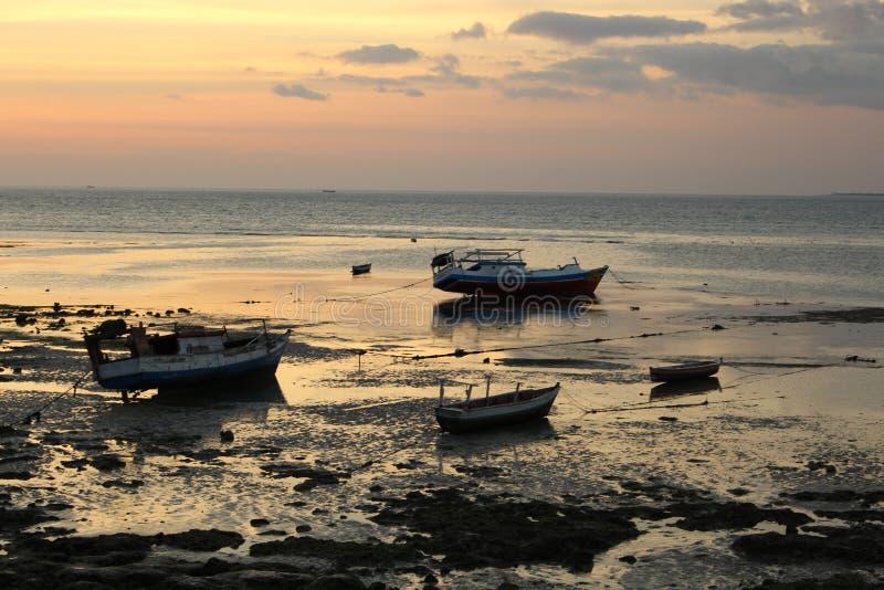 Uma vista panor?mica bonita do por do sol do litoral imagens de stock