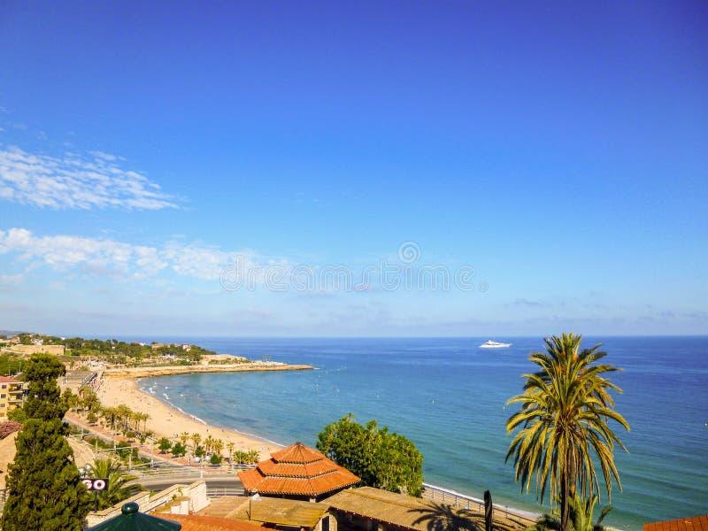 Uma vista panorâmica da costa de Tarragona, na Espanha Praia e mar no dia ensolarado imagens de stock
