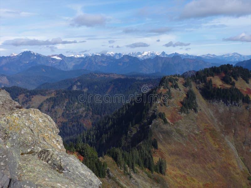 Uma vista panorâmica das cascatas nortes da parte superior da montanha de Sauk em Washington imagem de stock royalty free
