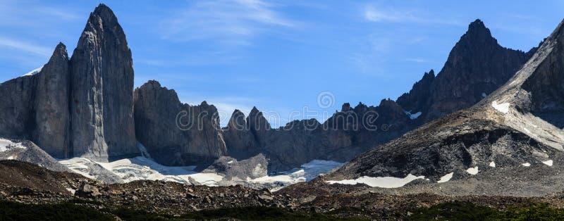 Uma vista panorâmica das torres do granito na parte superior do vale francês no parque nacional de Torres del Paine, Patagonia foto de stock royalty free