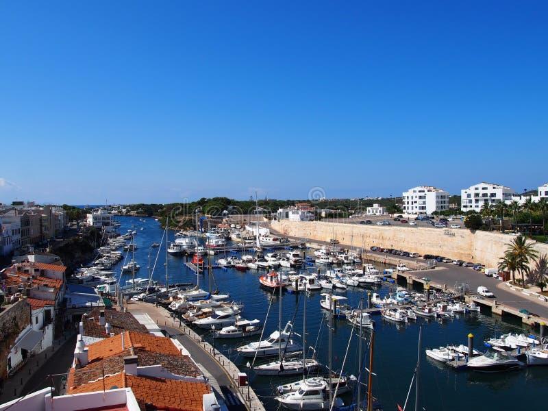Uma vista panorâmica do porto e da arquitetura da cidade de Ciutadella em Menorca imagem de stock