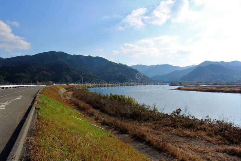 Uma vista panorâmica do rio de Kuma de uma estrada do riverbank fotografia de stock royalty free
