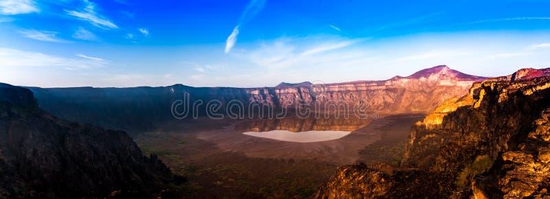 Uma vista panorâmica impressionante da cratera em um dia ensolarado, Arábia Saudita de Al Wahbah imagens de stock
