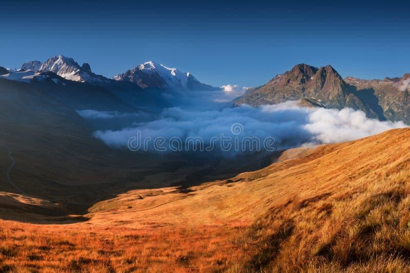 Uma vista panorâmica no vale de Chamonix no dia ensolarado do verão A área é a fase de Mont Blanc Tour popular, França alpes fotos de stock