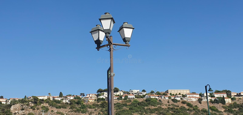 Uma vista panorâmica por uma lâmpada de rua sobre a vista de Zichron Yaacov na montanha Israel de Carmel foto de stock royalty free