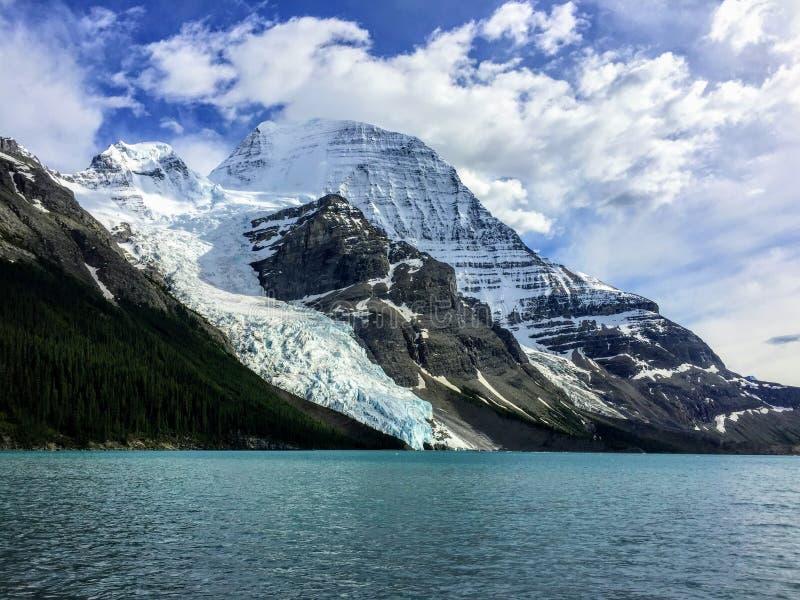 Uma vista próxima da geleira de Robson da montagem diretamente transversalmente do lago berg, ao caminhar a fuga do lago berg no  fotografia de stock