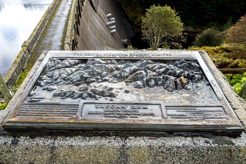 Uma vista próxima de uma telha com informação sobre a construção da represa de Laggan no rio Spean, Escócia imagens de stock