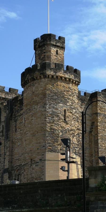 Uma vista que olha para cima à parte superior do castelo de Newcastle com os céus azuis brilhantes acima fotos de stock