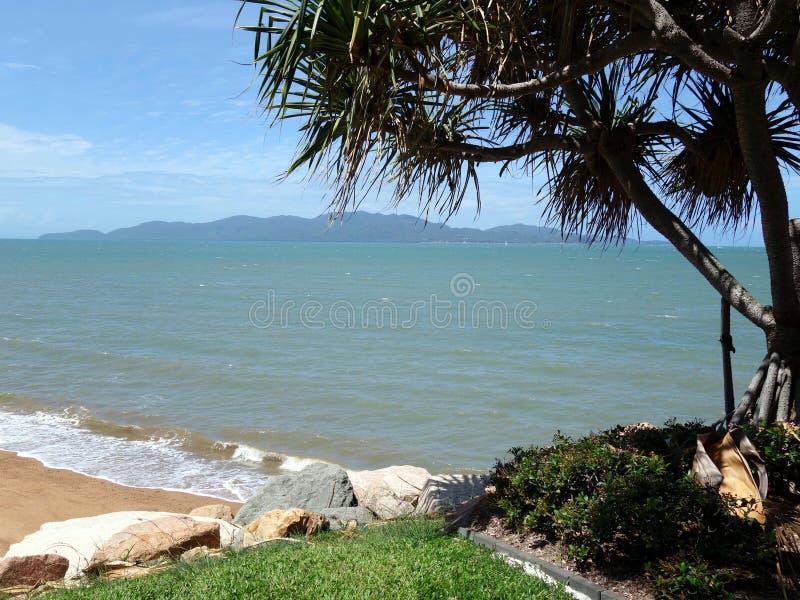 Uma vista se ilha magnética em tropical do uma praia no continente fotografia de stock