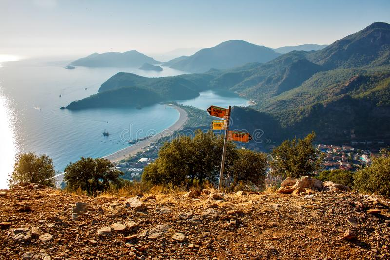 Uma vista sobre a baía de Oludeniz na costa mediterrânea de Turquia foto de stock royalty free