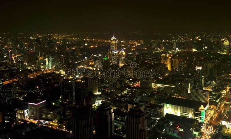 Uma vista sobre a cidade asiática grande de Banguecoque, Tailândia no nighttim foto de stock royalty free