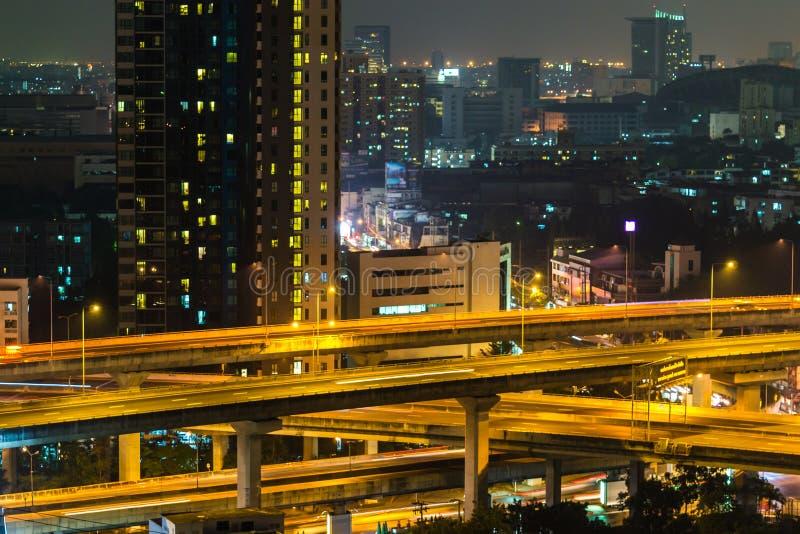 Uma vista sobre a cidade asiática grande de Banguecoque, Tailândia no nighttim fotos de stock