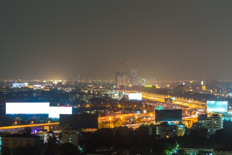 Uma vista sobre a cidade asiática grande de Banguecoque, Tailândia no nighttim imagem de stock