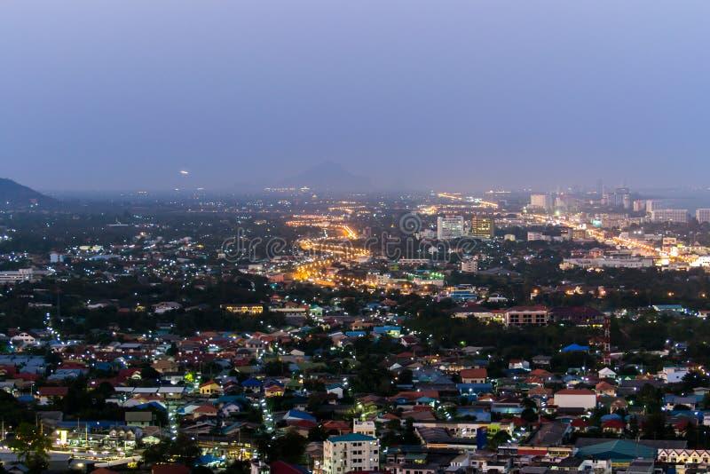 Uma vista sobre a cidade asiática grande de Banguecoque, Tailândia no nighttim fotografia de stock royalty free