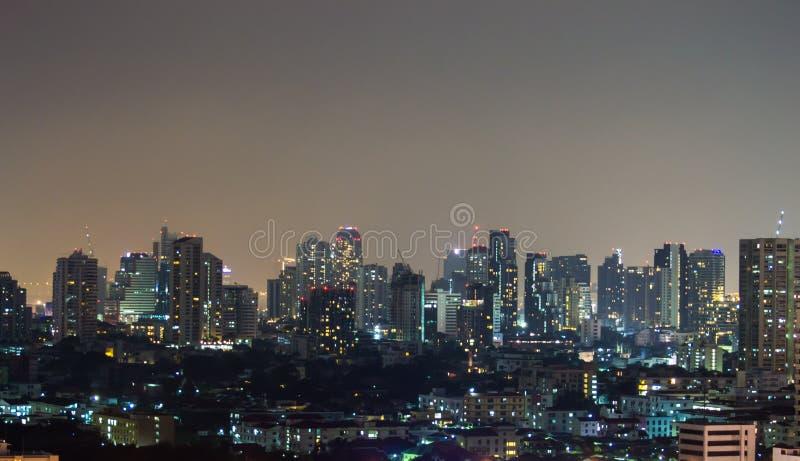 Uma vista sobre a cidade asiática grande de Banguecoque, Tailândia no nighttim fotografia de stock