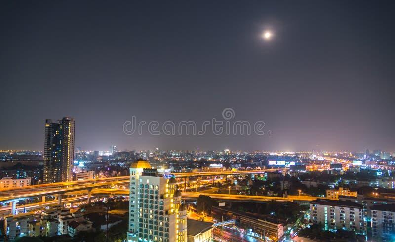 Uma vista sobre a cidade asiática grande de Banguecoque, Tailândia no nighttim imagens de stock royalty free