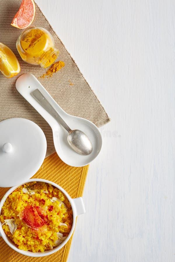 Uma vista superior de um potenciômetro de cozimento com arroz e caril da galinha fotos de stock