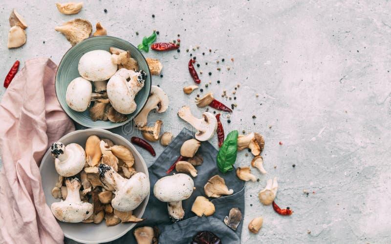 Uma vista superior dos cogumelos e de um pano de tabela foto de stock