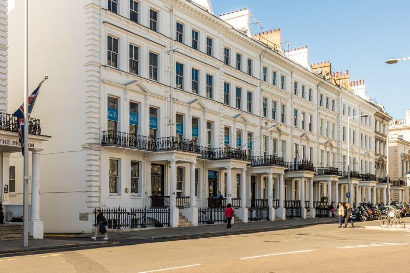 Uma vista típica em Kensington em Londres imagens de stock