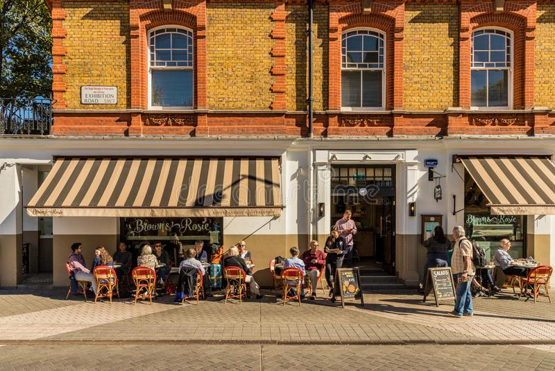 Uma vista típica em Kensington em Londres imagem de stock royalty free