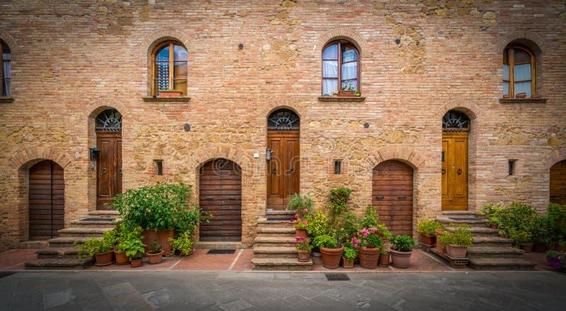 Uma vizinhança acolhedor na cidade velha de Pienza, Toscânia, Itália foto de stock royalty free
