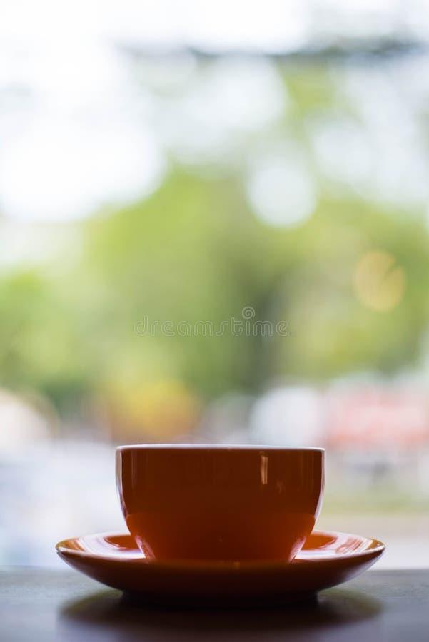 Uma xícara de café alaranjada foto de stock