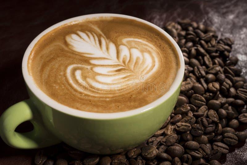 Uma xícara de café com arte do Latte fotos de stock