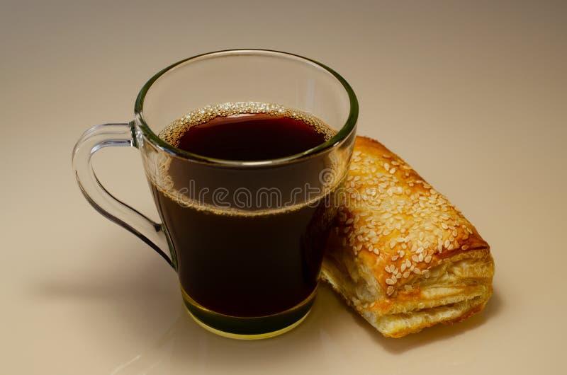 Uma xícara de café com massa folhada, tiro de cima de fotos de stock