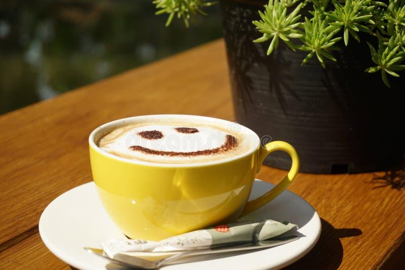 Uma xícara de café com seja sorriso fotos de stock royalty free
