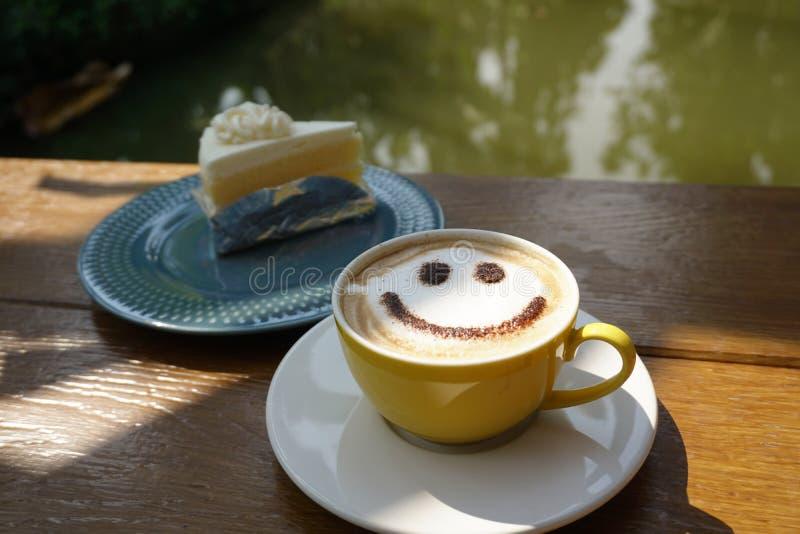 Uma xícara de café com seja sorriso imagens de stock royalty free